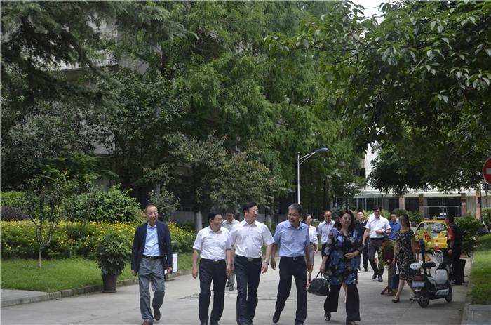 省委宣传部副部长高中伟到校调研出土医学文献文物研究院建设